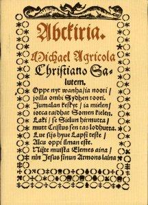 Pentru delectare alfabetul apărut în: Agricolan Suometar nro 37/1847 Ko'en seuraavassa näytteessä, kaarten välillä olevat, edellisen läntis jälkimäjsen itäjsen luonteen tavalla toimittaa: [prima este pronunția din vestul iar cea de a doua din estul Finlandei] A. ( a, va ) B. ( pe, pie ) C. ( se, sie ) D. ( te, tie ) E. ( e, ie ) F. ( äffä, ähvä ) G. ( ke, kie ) H. ( ho, huo ) I. ( i, i ) K. ( ko, kuo ) L. ( ällä ) M. ( ämmä ) N. ( ännä ) O. ( o, uo ) P. ( pe, pie ) Q. ( ku ) R. ( ärrä ) S. ( ässä ) T. ( te, tie ) U. ( u ) V. ( ve, vie ) X. ( äksä ) Y. ( y ) Z. ( setaa, sietaa ) Ä. ( ä, iä ) Ö. ( ö, yö. ) [Nu, nu e greșeală, J, j lipsește din original, s-a pierdut pe drum!]